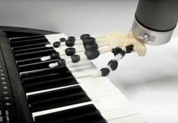 3D-напечатанная роботизированная рука играет праздничные мелодии на фортепиано